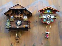Horloges de coucou en bois colorées traditionnelles Image libre de droits