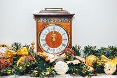 Horloges en Kerstmisdecoratie Stock Foto