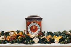 Horloges en Kerstmisdecoratie Royalty-vrije Stock Foto's