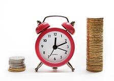 Horloges en Russische muntstukken, die in kolommen worden gestapeld stock foto