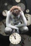 Horloges et fille argentée Images stock