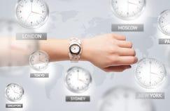 Horloges et fuseaux horaires au-dessus du concept du monde photographie stock libre de droits