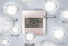 Horloges et fuseaux horaires au-dessus du concept du monde image stock