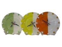 Horloges murales élégantes colorées de concept de nourriture d'isolement au-dessus du blanc Photo stock