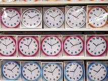 Horloges murales colorées sur l'affichage Images stock