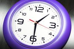 Horloges murales pourpres Photo stock