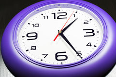 Horloges murales pourpres Images stock
