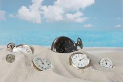 Horloges sur la plage Photo stock