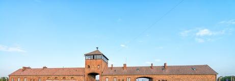 Horlogetoren en hoofdingang bij Bi van concentratiekampauschwitz Royalty-vrije Stock Foto