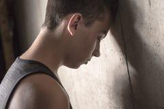 Hormigón adolescente triste del muchacho Fotos de archivo