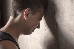 Hormigón adolescente triste del muchacho Foto de archivo libre de regalías