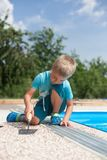 Hormigón coloreado alrededor de la piscina foto de archivo