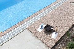 Hormigón coloreado alrededor de la piscina foto de archivo libre de regalías