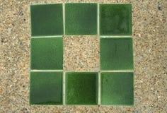 Hormigón con pequeña textura de la grava con las tejas verdes Fotografía de archivo