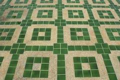 Hormigón con pequeña textura de la grava con las tejas verdes Fotografía de archivo libre de regalías