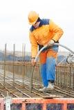 Hormigón de colada del trabajador del constructor Foto de archivo libre de regalías