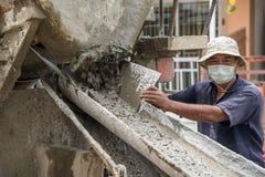 Hormigón de mezcla del cemento en el emplazamiento de la obra Fotos de archivo