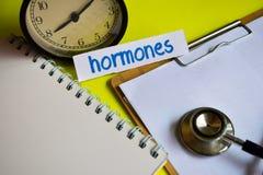 Hormonas en la inspiración del concepto de la atención sanitaria en fondo amarillo imagenes de archivo