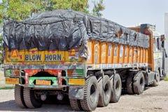 Horn- indisk lastbil för slag som parkeras upp Royaltyfri Foto