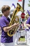 Horn- spelare i marschmusikband Royaltyfria Bilder