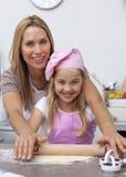 Hornada de la madre y de la hija en la cocina Imágenes de archivo libres de regalías