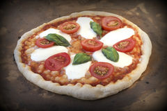 Hornada de la pizza Pizza italiana rústica Margarita en un horno de piedra caliente foto de archivo libre de regalías