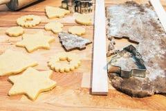 Hornada de las galletas y del pan de jengibre de la Navidad imagenes de archivo