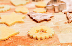 Hornada de las galletas y del pan de jengibre de la Navidad Fotos de archivo