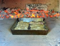 Hornada del milhojas en el horno fotos de archivo