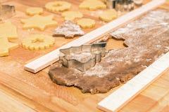 Hornada del pan de jengibre de la Navidad con el cortador de la galleta imagen de archivo