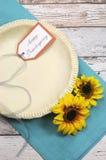 Hornada festiva de la acción de gracias feliz con una corteza vacía de los pasteles de la cáscara de empanada Imágenes de archivo libres de regalías