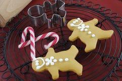Hornada festiva del día de fiesta de la Navidad con las galletas de los hombres de pan de jengibre Foto de archivo libre de regalías