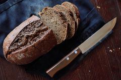 Hornada fresca hecha en casa negra del pan de centeno sabrosa imagenes de archivo