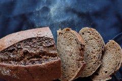 Hornada fresca hecha en casa negra del pan de centeno sabrosa imagen de archivo