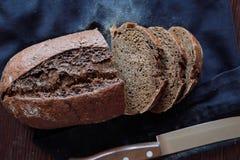 Hornada fresca hecha en casa negra del pan de centeno sabrosa foto de archivo