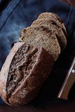 Hornada fresca hecha en casa negra del pan de centeno sabrosa fotos de archivo libres de regalías