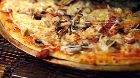 Hornada italiana tradicional de la pizza en horno almacen de metraje de vídeo