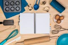 Hornada y herramientas de los pasteles con el cuaderno Fotografía de archivo libre de regalías