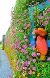 Hornbill op bloemmuur Stock Afbeeldingen