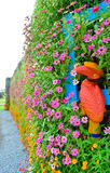 Hornbill på blommaväggen Arkivbilder