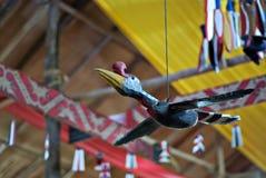 Hornbills figurerar snidit från trä Fotografering för Bildbyråer