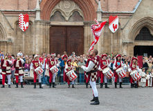Hornblåsare och handelsresande, i medeltida reenactmentdräkter royaltyfri fotografi