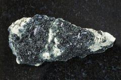 Hornblende na węglan skale na zmroku obrazy stock