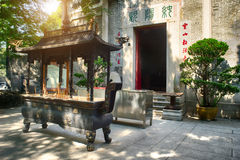 Hornilla de incienso delante del templo Fotografía de archivo libre de regalías