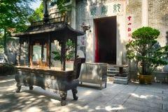 Hornilla de incienso delante del templo Fotografía de archivo