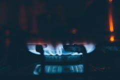 Hornilla del Lit en la estufa de gas en la oscuridad Foto de archivo