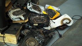 Hornillas de cocinar quebradas viejas del calor en el vertido almacen de metraje de vídeo