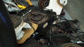 Hornillas de cocinar quebradas viejas del calor en el vertido almacen de video