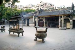 Hornillas de incienso delante del templo de Renwei Fotos de archivo libres de regalías