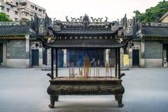 Hornillas de incienso delante del templo de Renwei Fotos de archivo